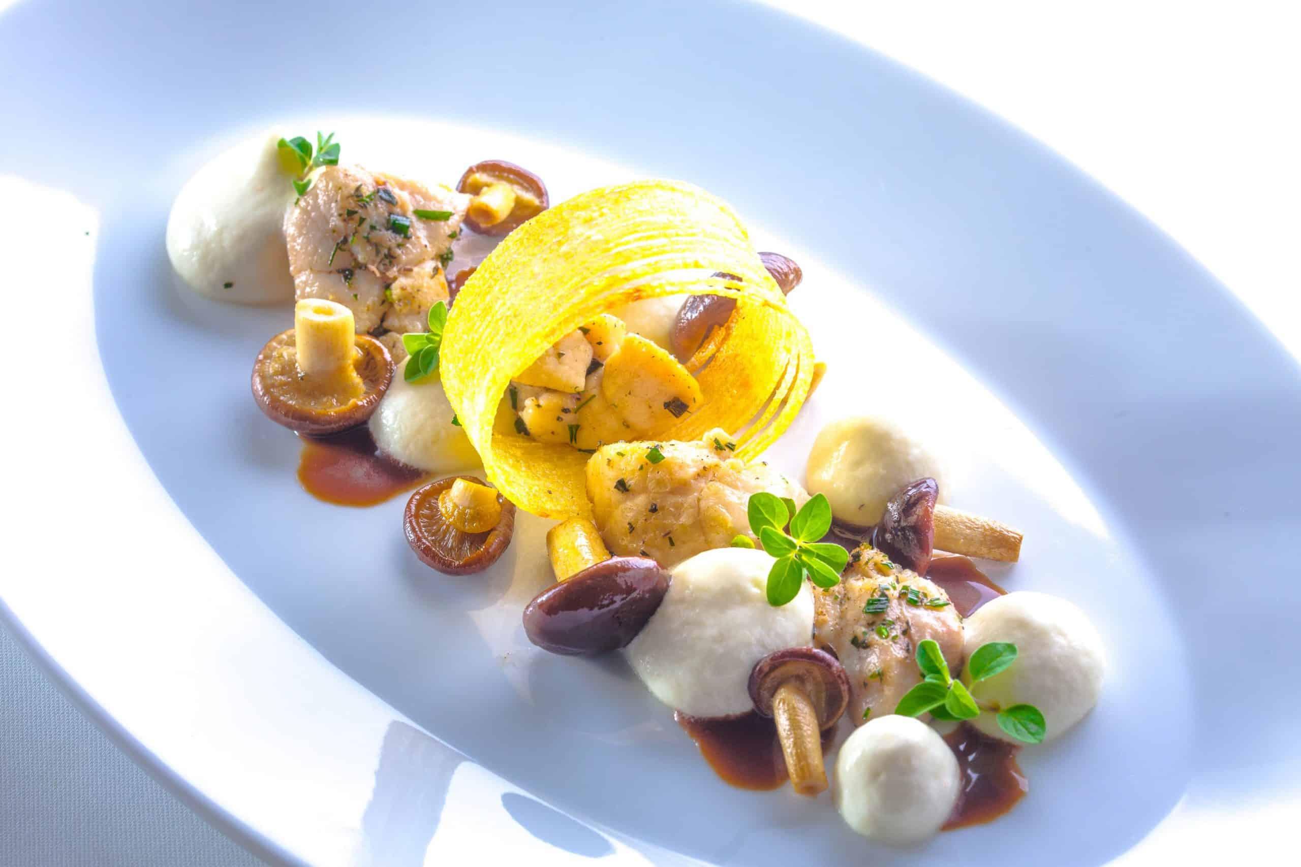 Kalbsbries-Röschen mit Kartoffelschaum und Ackerlingen